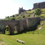 Brua slik den ble utformet på 1400-tallet, den gang med vindebro inn til porttårnet.