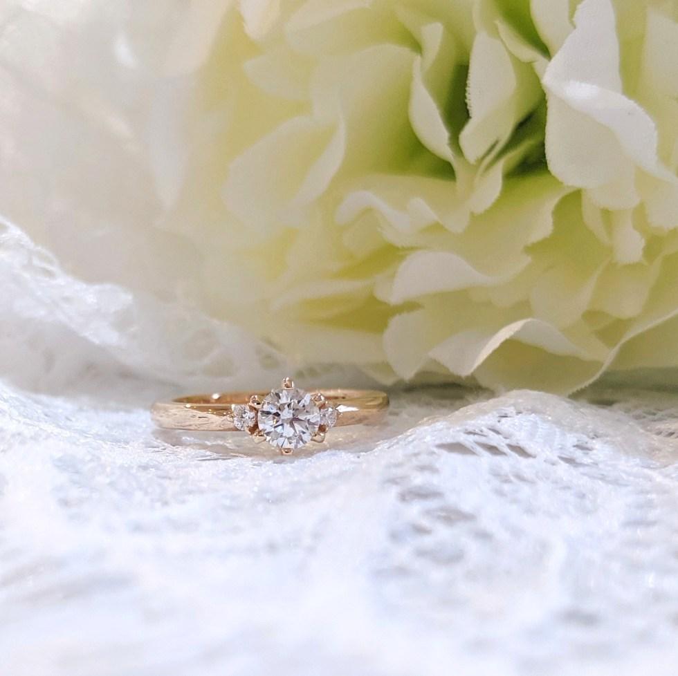 メレダイヤをあしらったピンクゴールドの婚約指輪