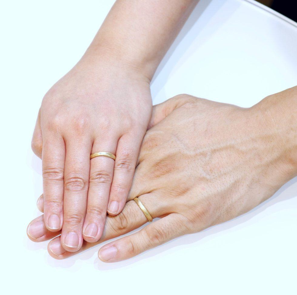 結婚指輪を着けたお客様の手