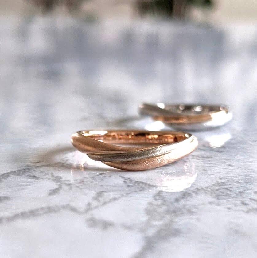 ピンクゴールドとホワイトゴールドのコンビの結婚指輪
