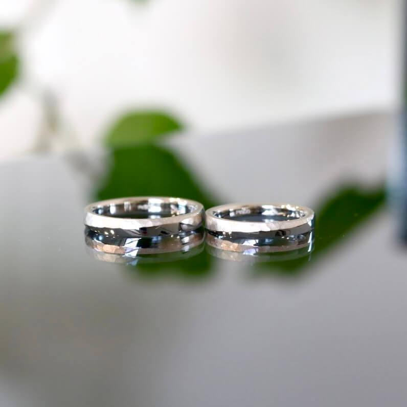 鎚目加工を施したプラチナの結婚指輪