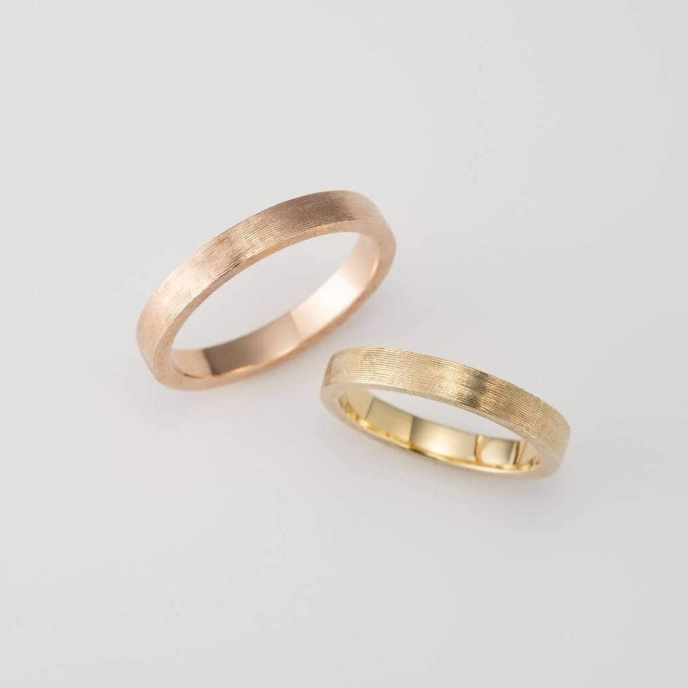 ライン彫りを施した平打ちの結婚指輪