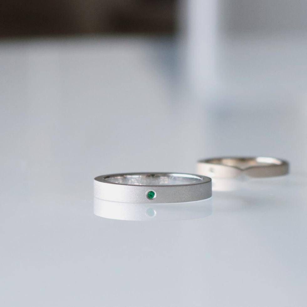 エメラルドをあしらったシンプルな結婚指輪