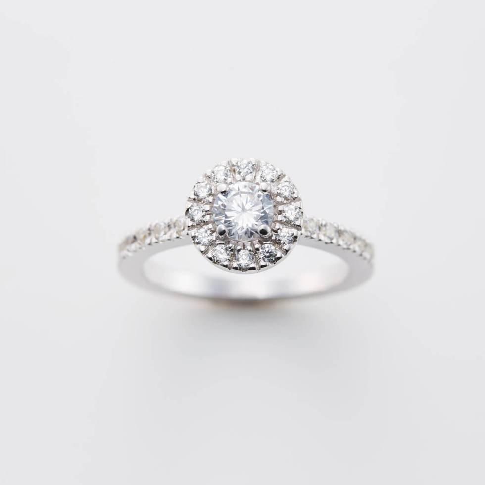 取り巻きデザインの婚約指輪