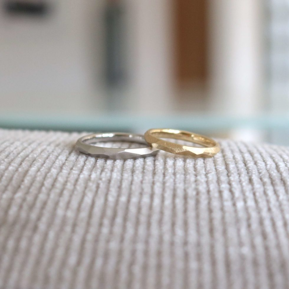 日常生活に溶け込む着け心地を大切にしたマットな多面体の結婚指輪