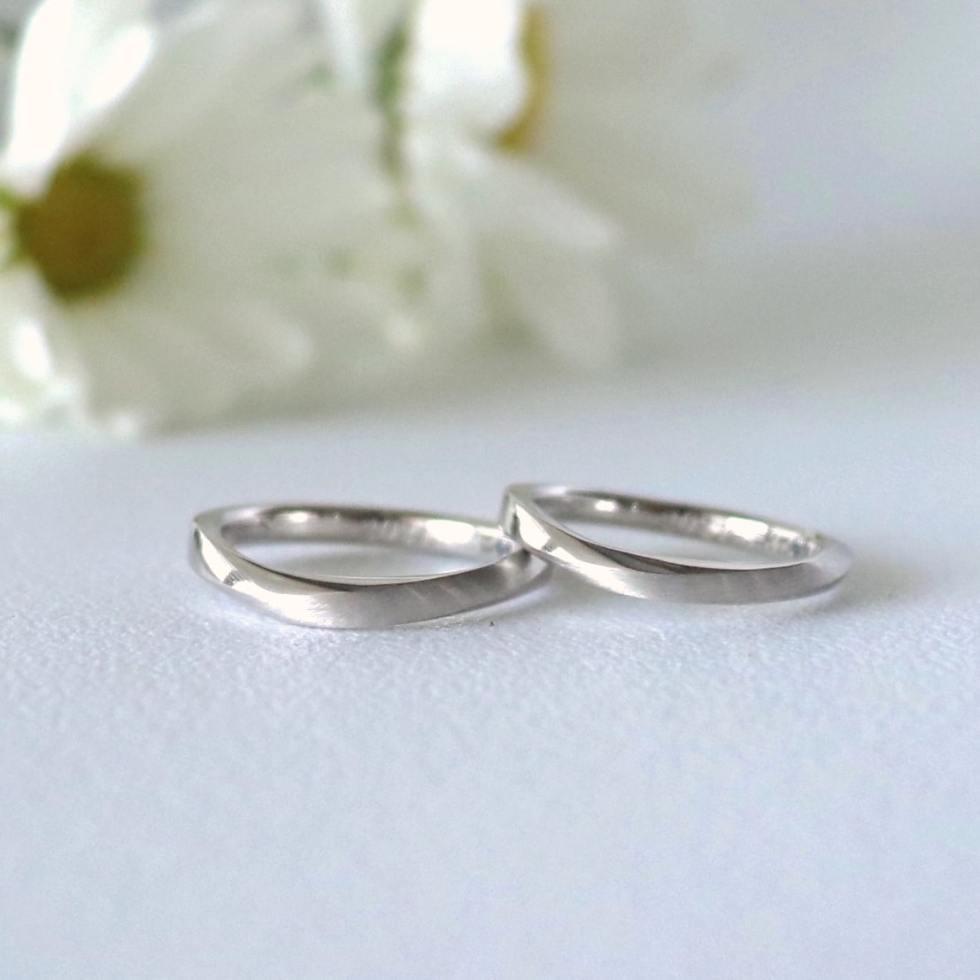 マットを入れる範囲で印象を変えたひねりのS字フォルムの結婚指輪