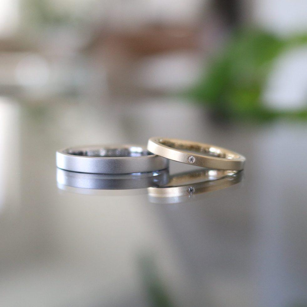 平打ちストレートの色違いのマットな結婚指輪