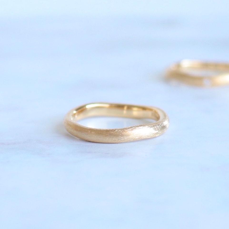 カーブフォルムのマットなゴールドの結婚指輪