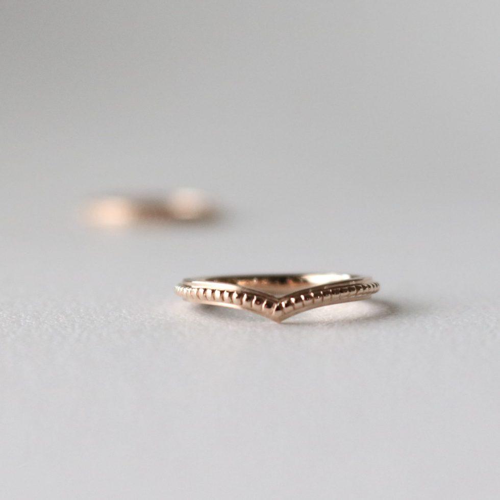 V字ウェーブの細身の結婚指輪