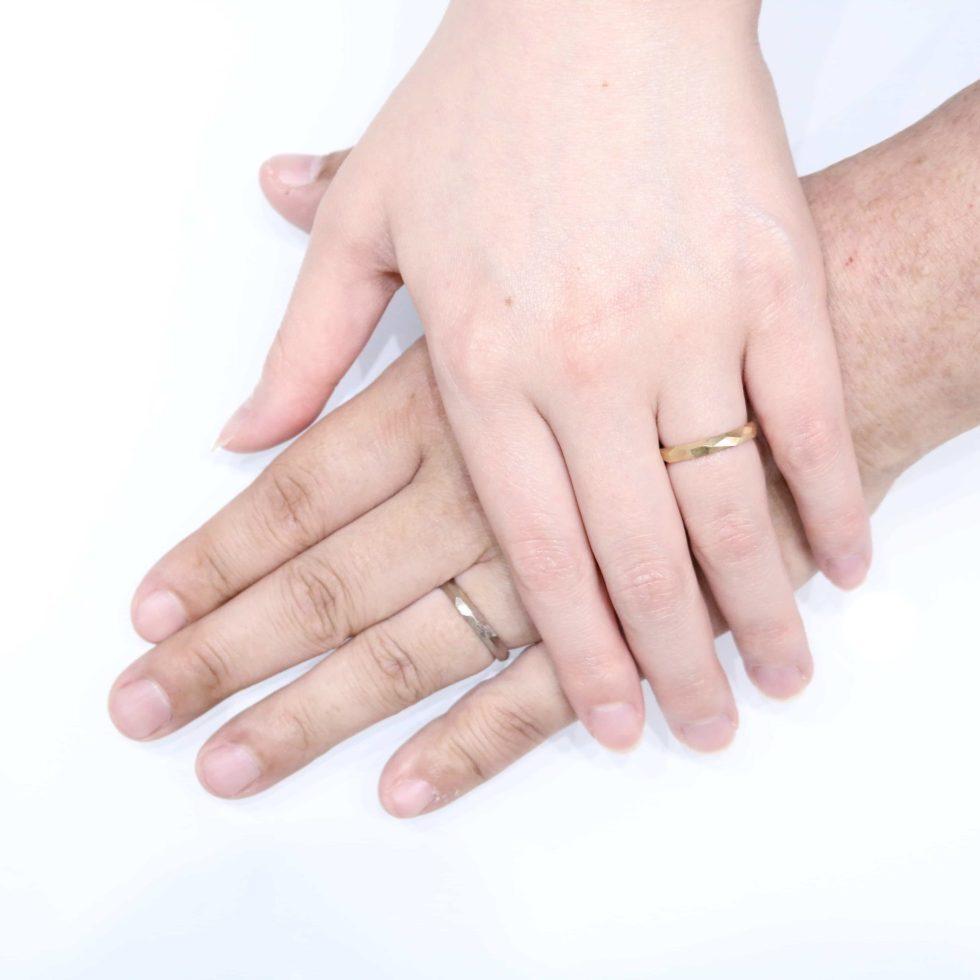 鶴(mikoto)の結婚指輪を着けたお客様の手