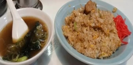 どさん子娘ゴロゴロチャーハン(スープ付き)900円チャーハンのチャーシューといえば普通小さく角切りですが、どさん子娘のゴロゴロチャーハンは小石くらいの大きなチャーシュー(写真右上)がゴロゴロと入っています。チャーシューの味が良く油がうまく米に絡んでとても美味しくおすすめのチャーハンです。