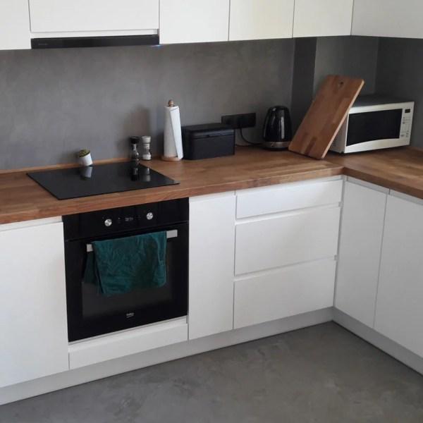 Mikrozement-24.de_F-Wall_Küche_Betonlook Boden und Küchenrückwand