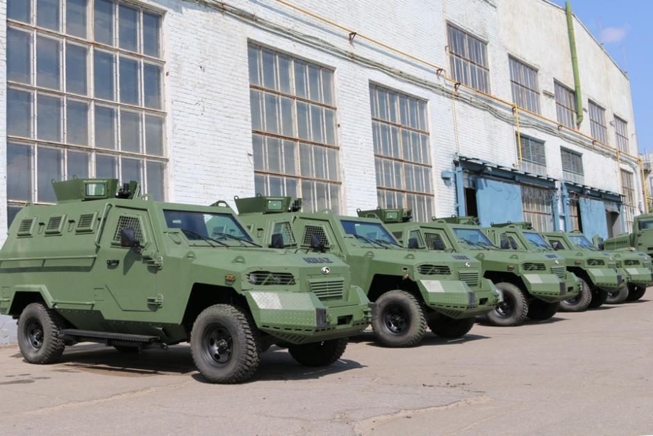 """Кременчуцький автозавод передав партію бронеавтомобілів """"Кугуар"""" замовнику."""