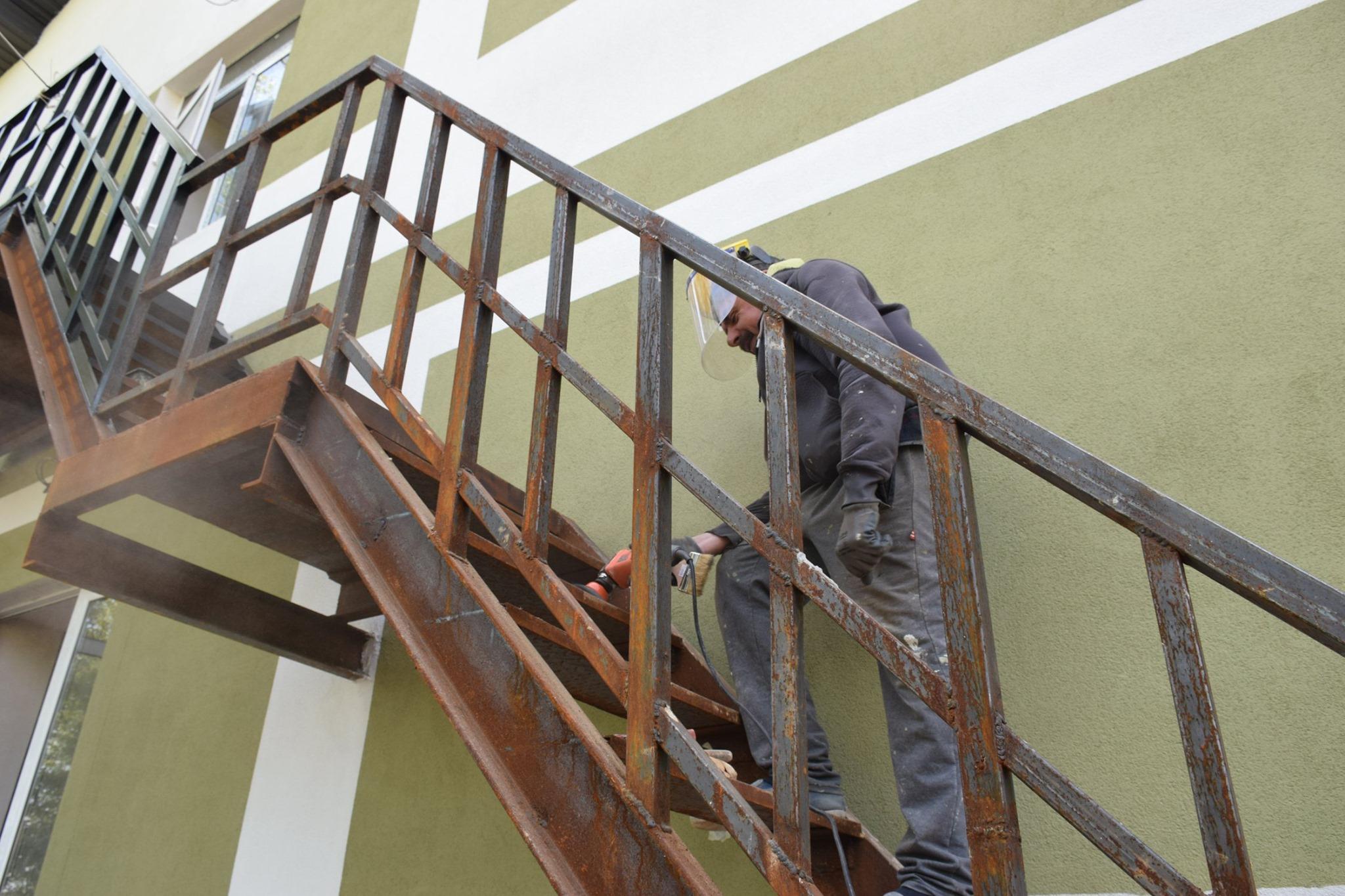 Підготовка до фарбування пожежної драбини у казармі поліпшеного планування у Теребовлі