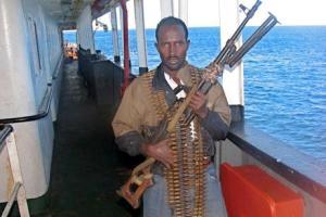 Пірати, що утримують  Asian Glory і St.James Park з українцями на борту, обстріляли американський військовий корабель