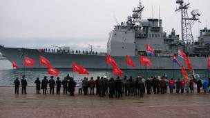 У Севастополі американський крейсер зустріли бутафорською морською міною