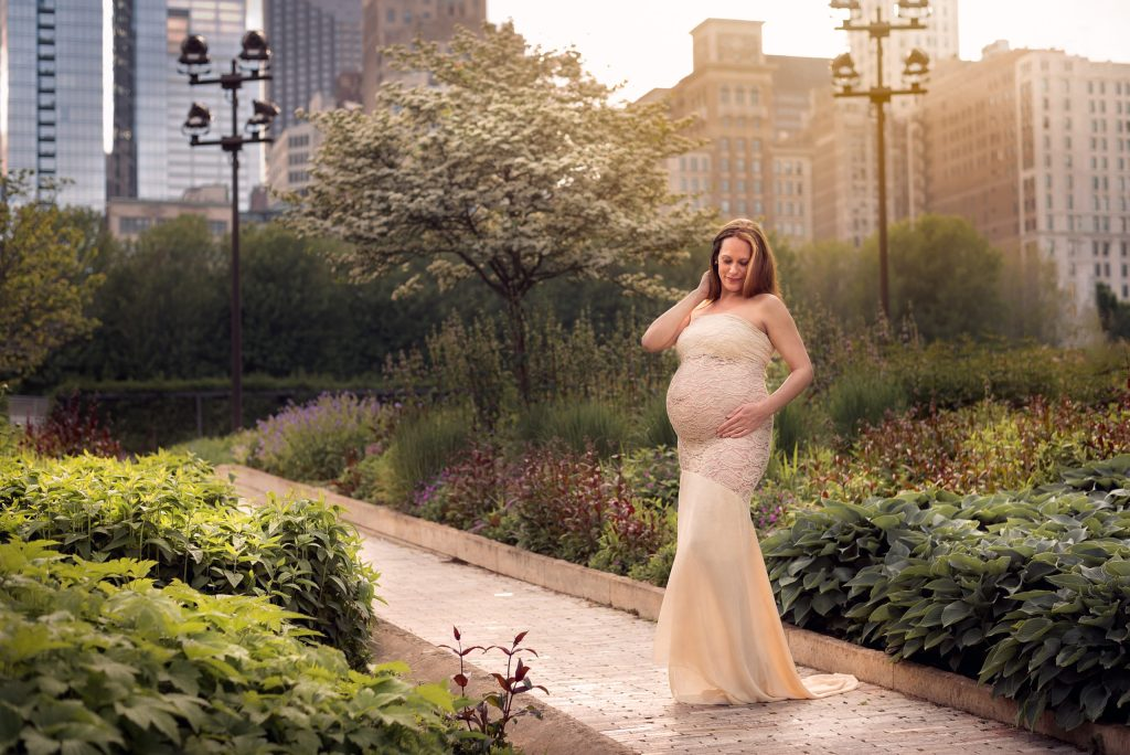 A pregnant woman in Millennium Park in Chicago by maternity photographer Mila Craila Photography