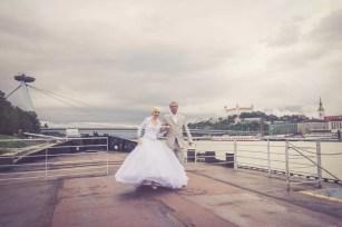 Svadba v Bratislave v Au Cafe, mladomanzelia na pontone na Dunaji