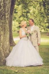 Svadba v Bratislave, v Sade Janka Krala, pri stromoch
