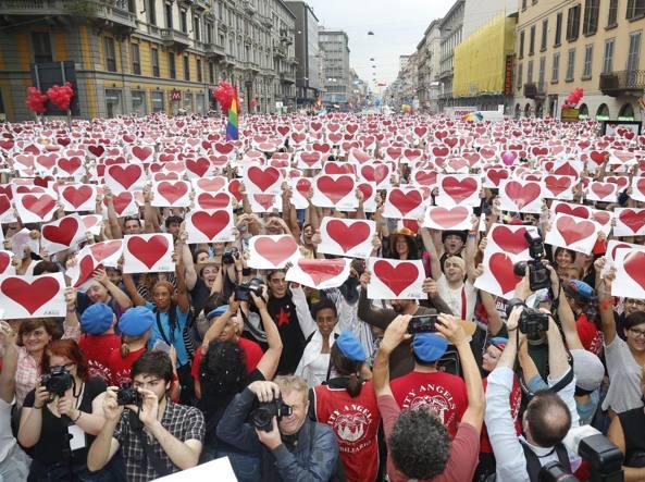 Il flash mob con il motivo del cuore sventolato dalle migliaia di partecipanti, leitmotiv  del Gay Pride (Fotogramma)