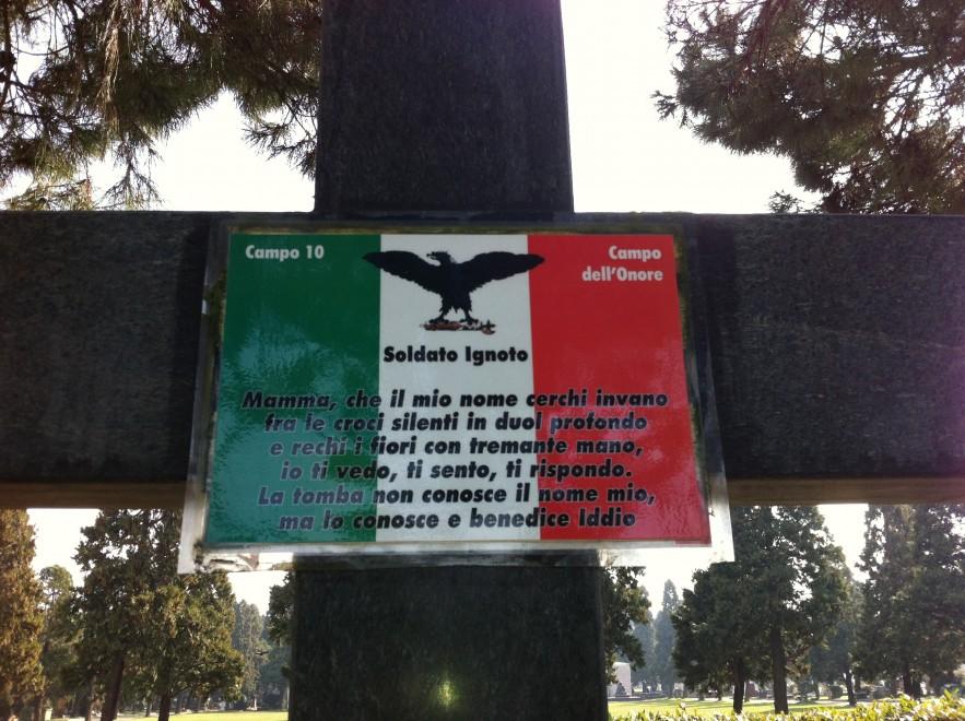 Milano, il Comune rimuove la bandiera di Salò