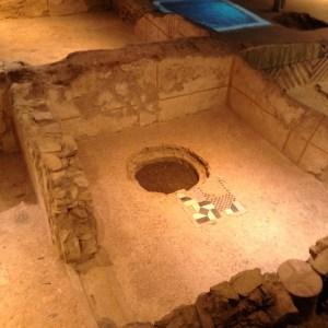 Uno degli ambienti della domus romana è stato forato dal pozzo che le monache avevano fatto scavare nel giardino ad un piano superiore agli scavi.