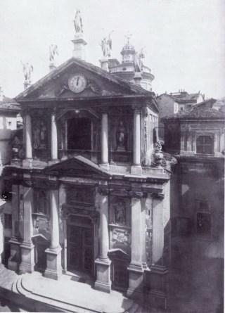 """Una fotografia di inizio '900 che testimonia alla sin. della chiesa, della cappella """"scomparsa"""""""