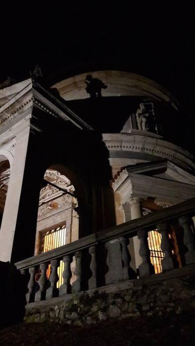 Una immagine notturna di una delle cappelle del Sacro Monte (Patrimonio UNESCO dal 2013)