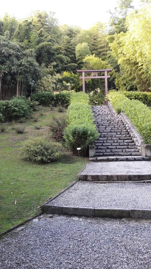 L'accesso con porta al giardino giapponese, ricco di bambù (foto di Robert Ribaudo)