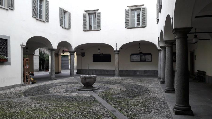 Il chiostro del convento degli Agostiniani, baluardo cattolico a Tirano, oggi Municipio (foto di Robert Ribaudo)