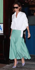 как модно носить белую рубашку Victoria beckham