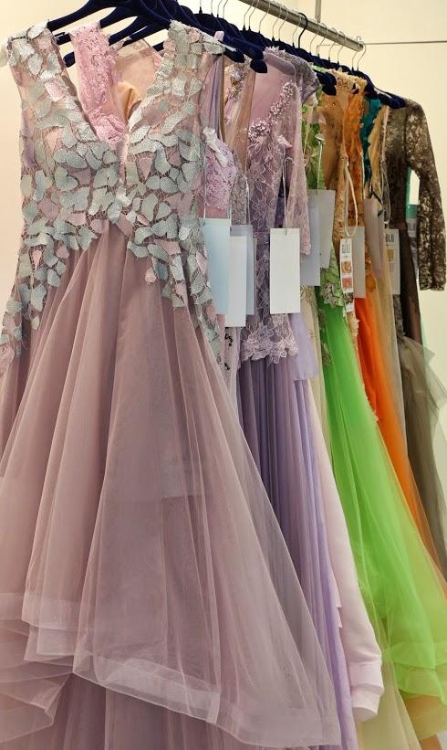Новые коллекции вечерних платьев на выставке в Милане