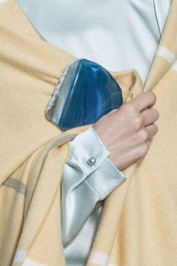 как модно носить брошь на платке