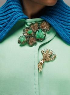 как носить модную брошь на воротнике пальто