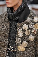 как модно стильно носить брошь с пальто Шанель