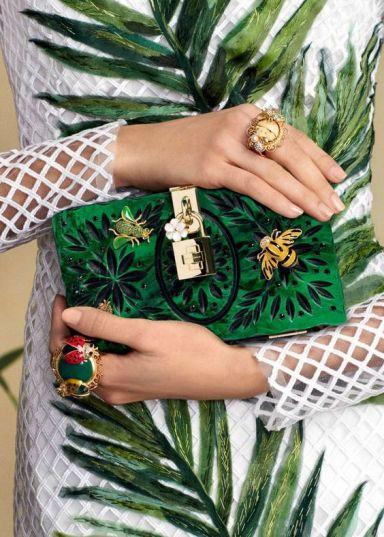 оригинальный способ модно носить ьроши на сумке - Dolce Gabbana
