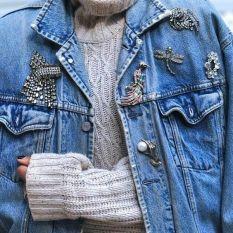 с чем модно носить брошь - модная брошь с джинсой