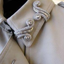как модно стильно носить брошь на воротнике