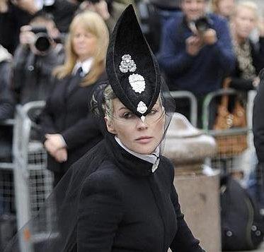 как модно правильно стильно носить брошь на шапке и шляпе