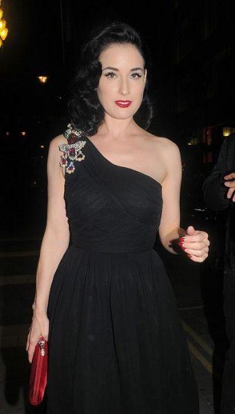 стильно носить броши с платьем