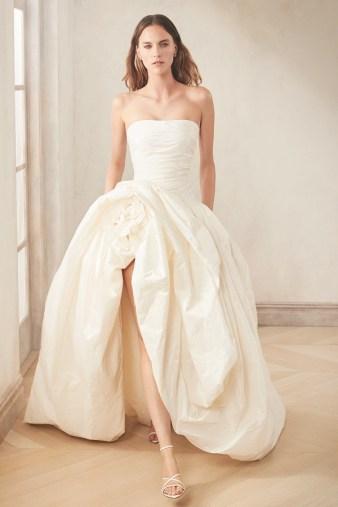 модное свадебное платье 2020 с разрезом на юбке