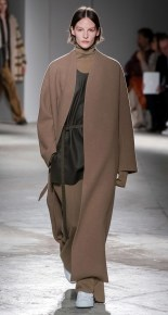 модное пальто верблюжье Akris