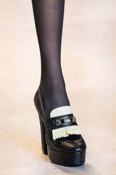 модная обувь 2020 весна лето осень: лоферы и мокасины на каблуке 2020