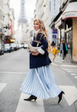 с чем носить длинную юбку плиссе миди голубого цвета