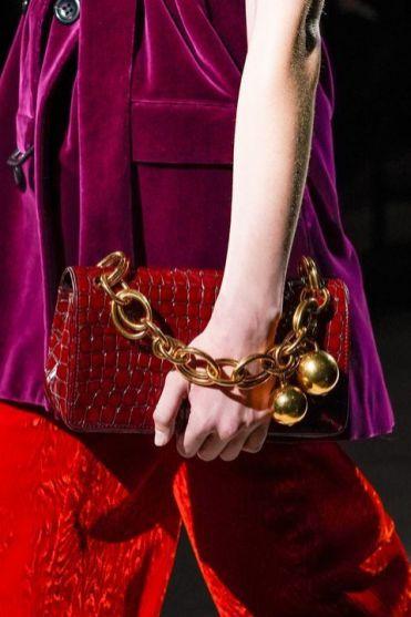 модные тенденции сумок осень 2020 зима 2021 сумка с цепью