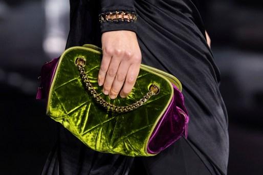 модные тенденции сумок осень 2020 зима 2021 сумка из бархата