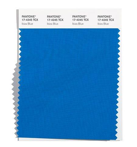 модный синий цвет осень зима 2021 2022 PANTONE 17-4245 Ibiza Blue