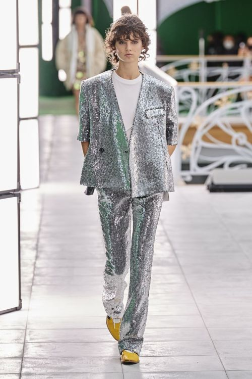 модные костюмы женские 2021 тренд блестящий костюм