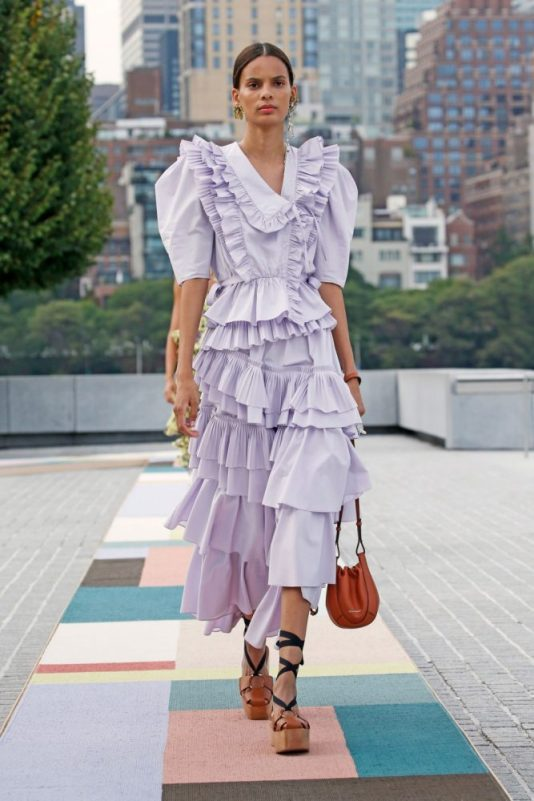 модные платья с воданами и рюшами лето 2021