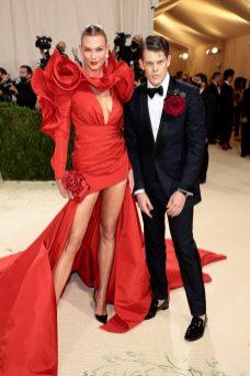 Karlie Kloss in Wes Gordon per Carolina Herrera Met Gala 2021